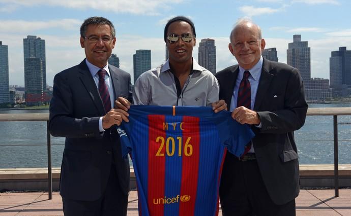 Josep Maria Bartomeu, Ronaldinho Gaúcho e Anthony Lake, diretor-executivo do Unicef, em Nova York  (Foto: EFE)