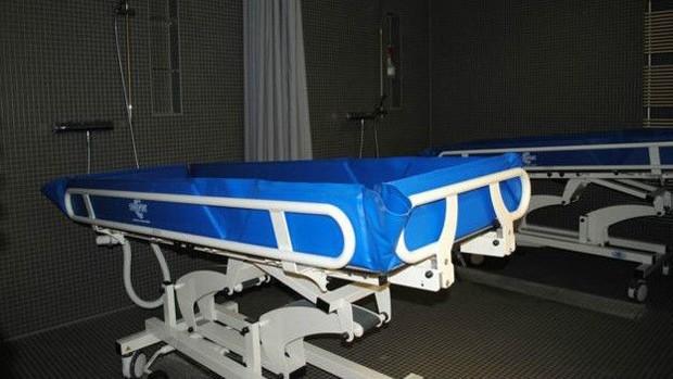 Esta é a cama à prova d'água utilizada para o banho (Foto: BBC)