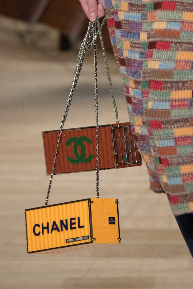HAMBURG, GERMANY - DECEMBER 06:  A model (Handbag detail) walks the runway during the Chanel Collection Metiers d'Art Paris Hamburg 2017/18  at the Elbphilharmonie on December 6, 2017 in Hamburg, Germany.  (Photo by Stephane Cardinale - Corbis/Corbis via  (Foto: Corbis via Getty Images)