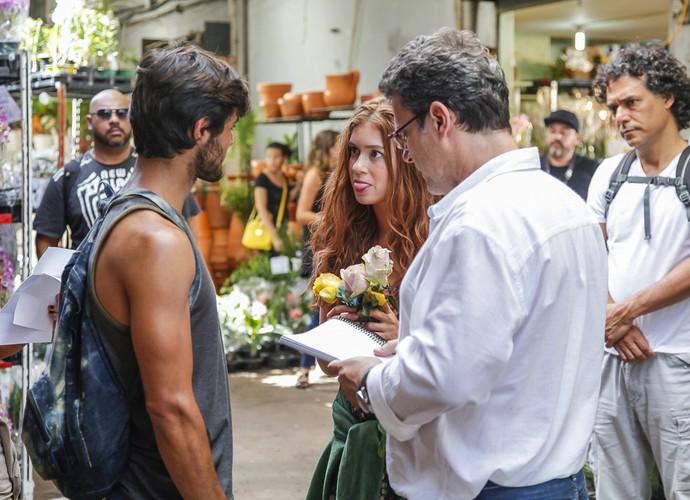 Marina Ruy Barbosa brinca com Felipe Simas em cena dirigida por Rios (Foto: Artur Meninea)