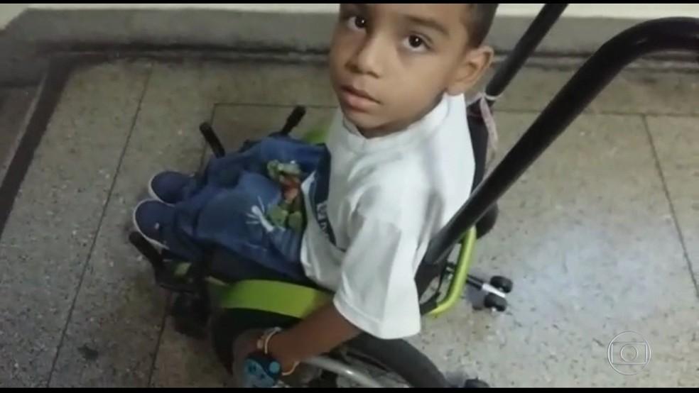 Crianças cadeirantes enfrentam problemas para estudar em pelo menos duas escolas municipais do Rio (Foto: Reprodução/ TV Globo)