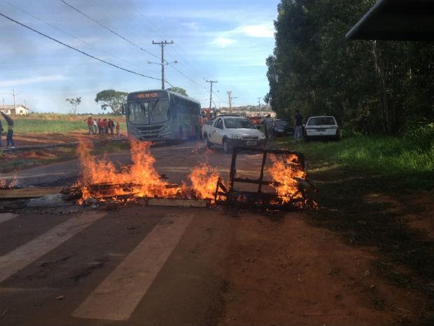 Moradores queimaram pneus, tábuas, galhos e sofás para protestar pela melhoria no transporte (Foto: Joel Nascimento/RPC TV)
