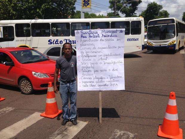Evandro França com cartaz buscando melhorias na Semam (Foto: John Pacheco/G1)