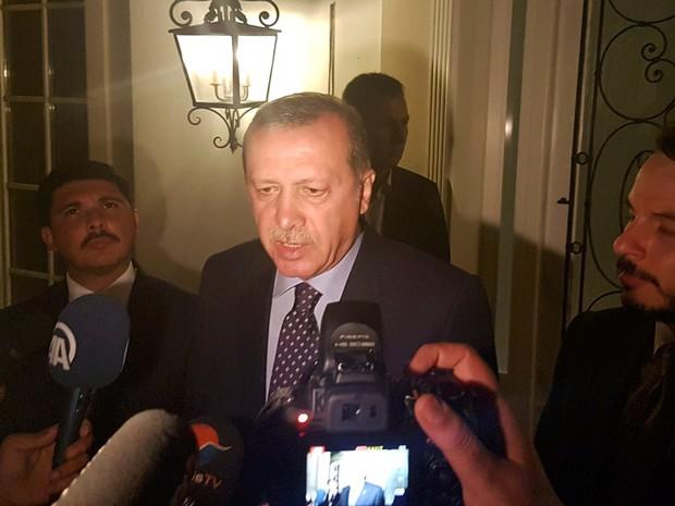 O presidente da Turquia Tayyip Erdogan fala com a imprensa no lobby de um hotel em Marmaris, na Turquia (Foto: Kenan Gurbuz/Reuters)