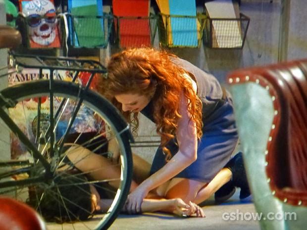 Vanessa fica desesperada e tenta acudir Marina (Foto: Em Família/ TV Globo)
