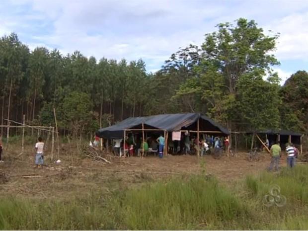 Trabalhadores reivindicam assentamento na área invadida (Foto: Reprodução/TV Amapá)