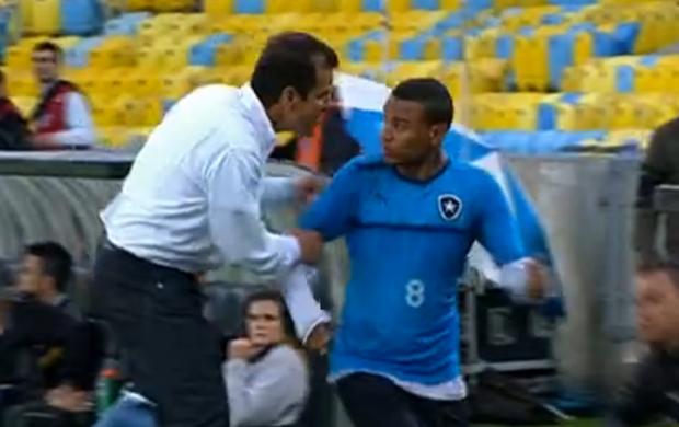 Dunga reclama com gandula no Maracanã (Foto: Reprodução / SporTV)