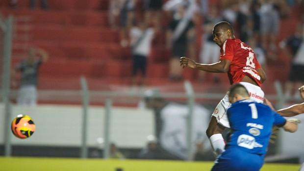 Juan sobe para marcar o gol contra a Ponte Preta (Foto: Alexandre Lops/Divulgação, Inter)