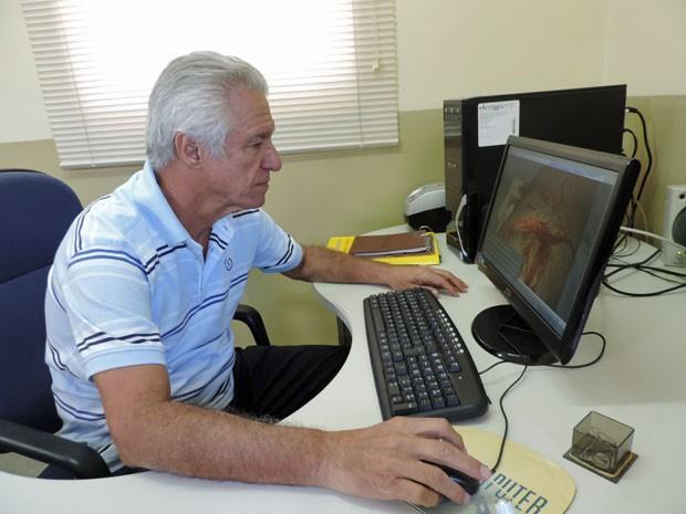 Antônio Barreto afirma que a mordida não parece ser de tubarão. (Foto: Katherine Coutinho / G1)