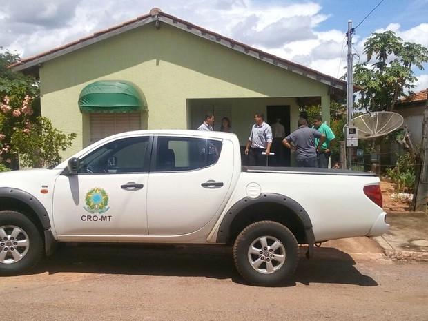 Conselho de Odontologia e PMs flagraram consultório na casa do suspeito (Foto: Divulgação/PM)