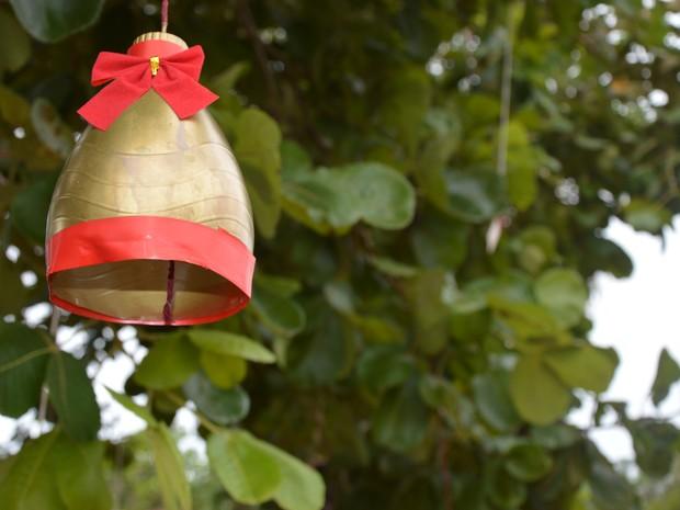 Garrafa pet virou enfeite para árvores (Foto: Divulgação/IFTO)