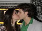 Eliéser celebra 30 anos com festa em São Paulo e ganha beijos de Kamilla