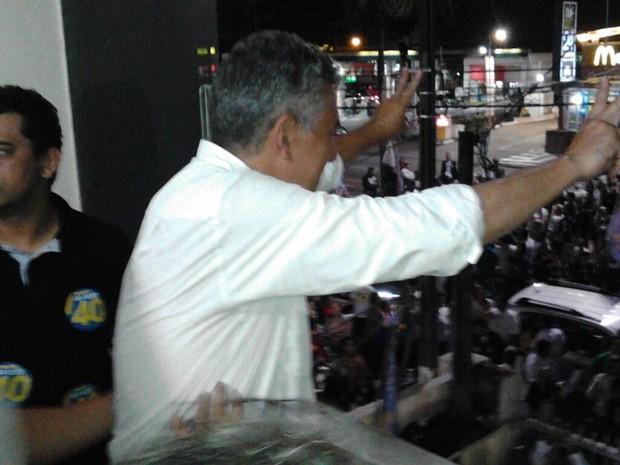 Valter Suman cumprimenta eleitores em Guarujá (Foto: Rodrigo Nardelli/G1)