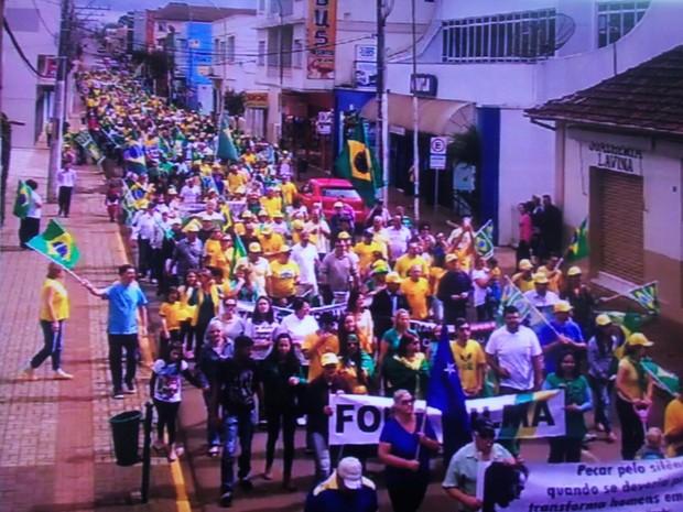 População foi às ruas de Curitibanos, no Oeste catarinense (Foto: PM/Divulgação)