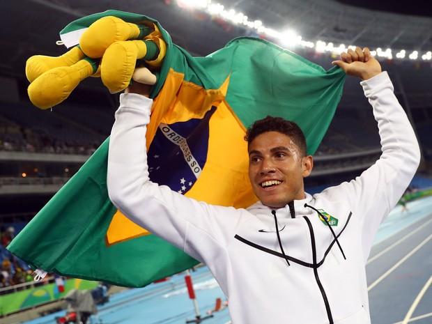 Thiago Braz ganha medalha de ouro no salto com vara no Engenhão, na Zona Norte do Rio (Foto: Kai Pfaffenbach/ Reuters)