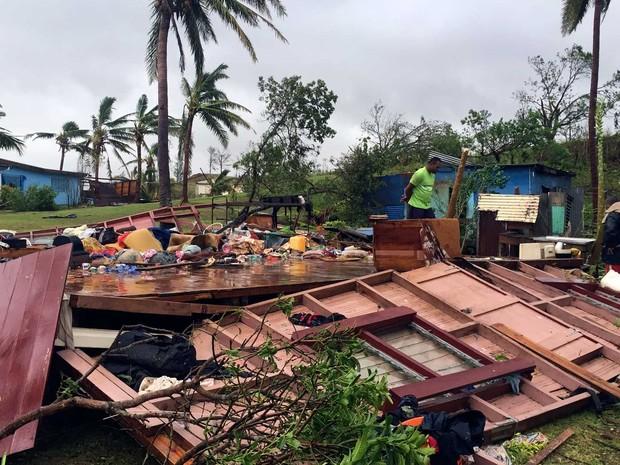 Família vasculha através de restos de sua casa após tormenta atingir Fiji (Foto:  Ali Naziah / Revista Life / via AFP Photo)