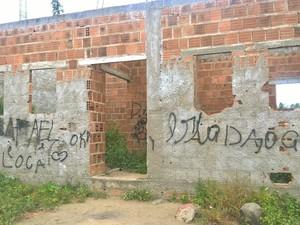 Algumas pessoas utilizam o prédio abandonado como local de consumo de drogas (Foto: Diogo Almeida/G1)