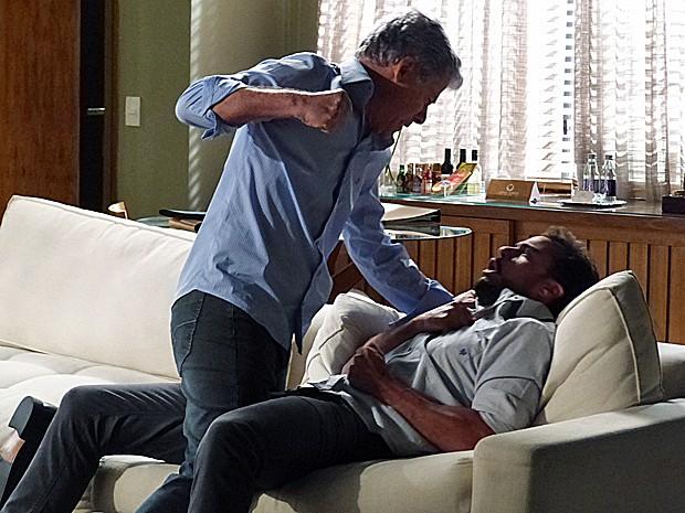 Cláudio perde o controle e vai pra cima de Enrico (Foto: Tatiana Machado/ Gshow)