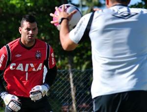 Goleiro Weverton, do Atlético-PR, em treino (Foto: Gustavo Oliveira/Site oficial do Atlético-PR)