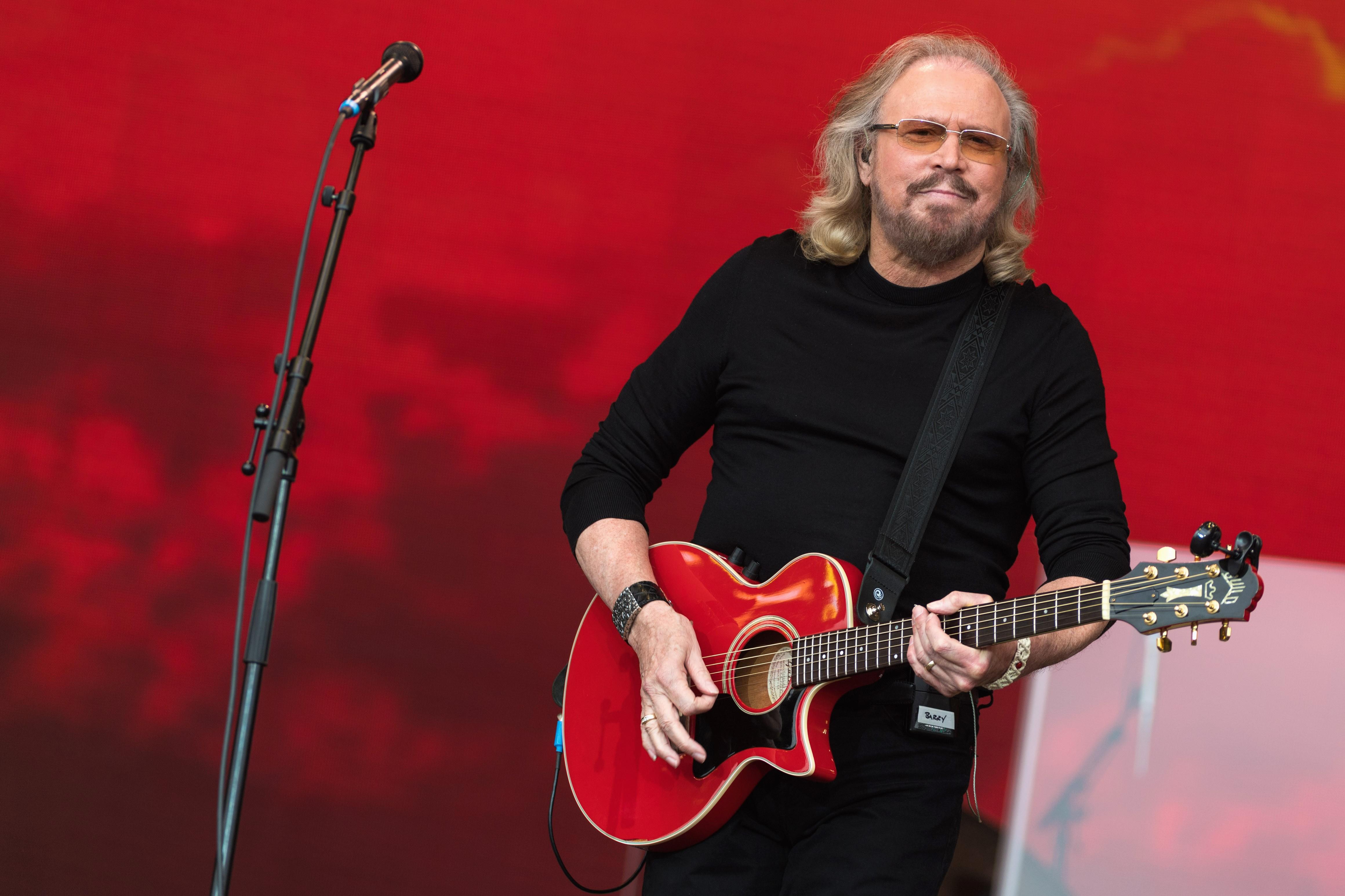 Barry Gibb tocando em sua apresentação no festival de Glatonbury (Foto: Getty)