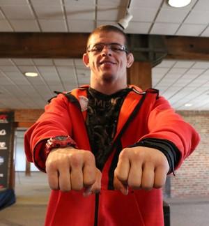 MMA Caio Monstro, mão inchada (Foto: Evelyn Rodrigues)