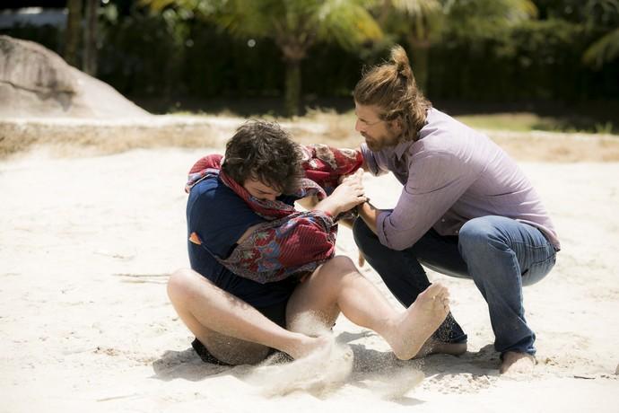 Tiago se desvencilha de Pedro e se atira ao mar (Foto: Raphael Dias/Gshow)
