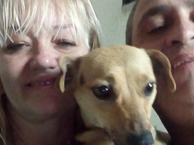 Protetora Cristina e o polical Fernando fizeram o resgate da cachorrinha (Foto: Cristina Munhoz / colaboração)