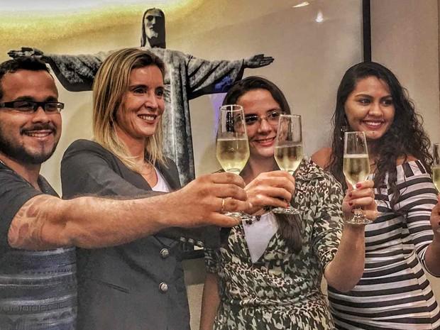 A tabeliã Fernanda Leitão celebra a primeira união poliafetiva com um homem e duas mulheres, do Rio (Foto: Simone Goldstein/ Divulgação)