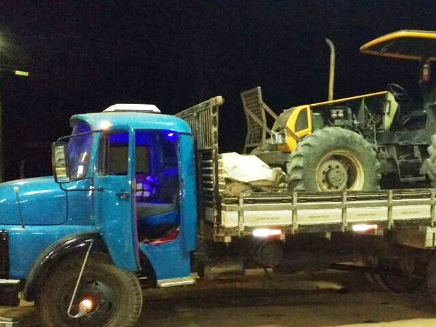 Trator estava sendo transportado de caminhão (Foto: Polícia Militar/Divulgação)