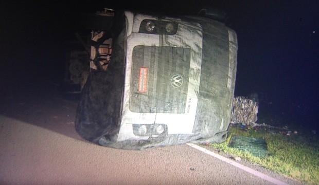 Caminhão tombou após motorista ser atingido por pedra (Foto: Josmar Leite/RBS TV)