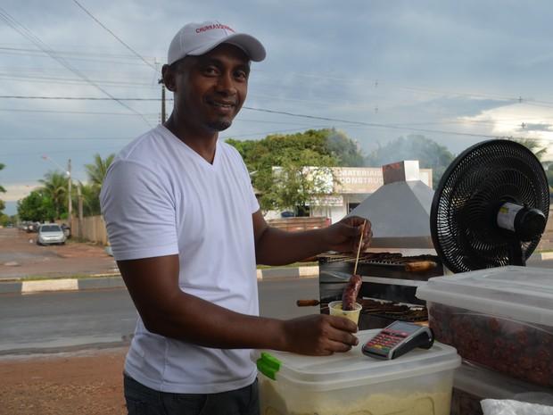 Vendedor aceita cartão de crédito e aumenta as vendas (Foto: Valéria Oliveira/G1 RR)