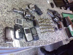 Material apreendido estava com os assaltantes (Foto: PM 30º BPM/Divulgação)