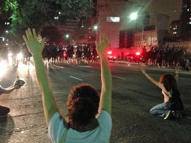 Manifestantes e cavalaria na Consolação. (Foto: Glauco Araújo/G1)