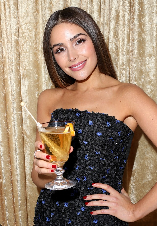 Olivia Culpo degusta o drink que será servido no Golden Globes 2017 (Foto: Getty Images)