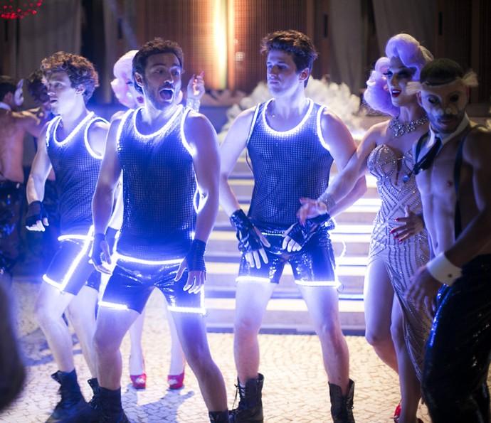 Elio dança com Robinson, Wesley e gogo boys (Foto: Raphael Dias/Gshow)