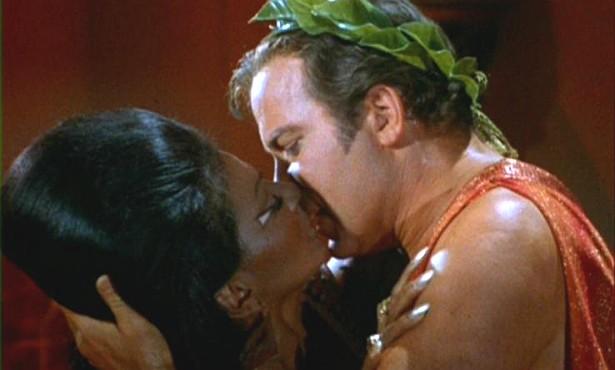 Em 22 de novembro de 1968, foi ao ar um episódio histórico da série 'Jornada nas Estrelas' ('Star Trek'). O beijo do Capitão Kirk (William Shatner) em Uhura (Nichelle Nichols) foi o primeiro entre uma pessoa branca e uma negra levado ao ar na televisão dos EUA. (Foto: Reprodução)