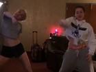 Miley Cyrus e a irmã Noah se requebram em vídeo postado na web
