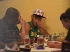 Enquanto Marquezine viaja, Neymar come em churrascaria do Rio