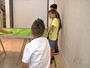 Brincadeira e esporte: Pais ensinam os filhos a jogar futebol de mesa