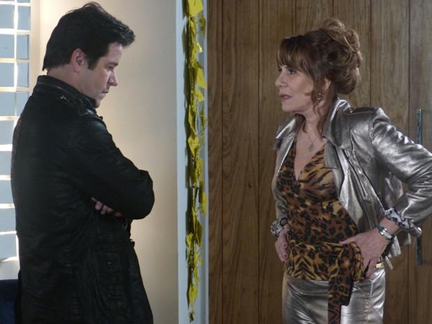 Jonas se irrita com Gláucia ao vê-la em seu escritório (Foto: Geração Brasil/TV Globo)