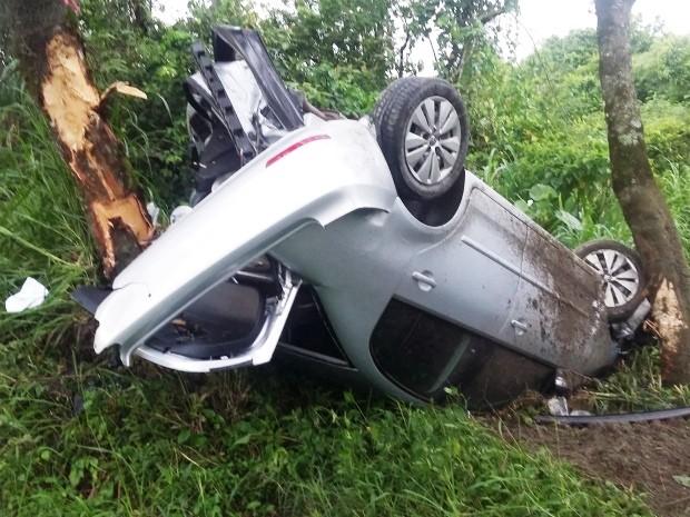 Carro só parou depois que bateu em árvores ao lado da rodovia (Foto: Alexsandro da Costa Leite / Arquivo Pessoal)