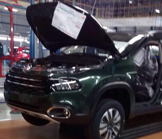 Picape Fiat é flahrada dentro da linha de produção  (Foto: Reprodução Whatsapp)