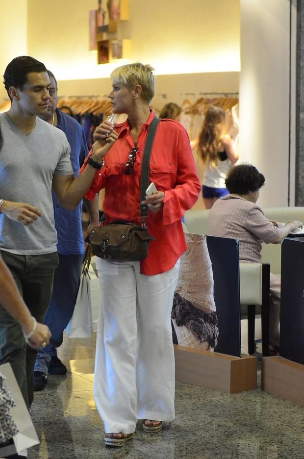 Xuxa no shopping (Foto: Henrique Oliveira / AgNews)