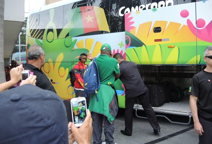 Eto'o deu um breve aceno aos fãs na saída do hotel em Manaus  (Foto: Janir Junior)