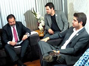 Governador Agnelo Queiroz, produtor André Noblat e o filho de Renato Russo, Giuliano Manfredini, durante anúncio do show em homenagem ao cantor (Foto: Lucas Nanini/G1)