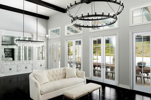 Sala de estar da casa de Kylie Jenner (Foto: Reprodução/ Compass)