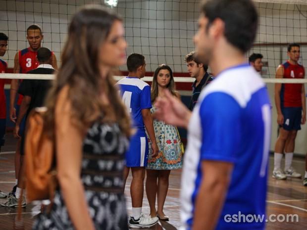 Bárbara vê André e Luiza discutindo (Foto: Pedro Curi/ TV Globo)