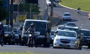 Espaço para carros e motocicletas está 'apertado' em algumas cidades