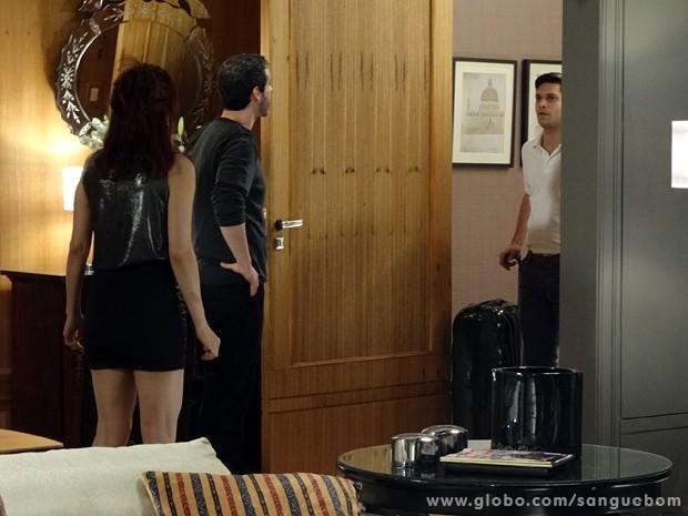 Érico chega de mala e cuia à casa de Verônica (Foto: Sangue Bom/TV Globo)