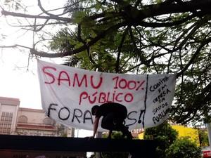Grupo de servidores do Samu protestam em avenidas de Cuiabá cobrando melhorias (Foto: Dhiego Maia/G1)